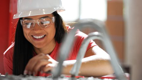An undergraduate student at work in NC State's Constructed Facilities Labora至ry.