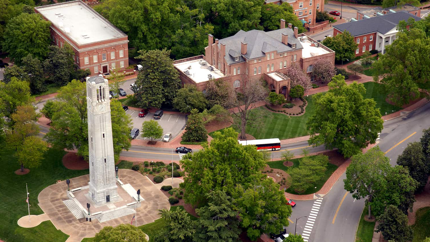 Aerial of Holladay Hall and the NC 州 belltower